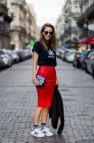 Cómo combinar: chaqueta motera de cuero negra, camiseta con cuello circular estampada en negro y blanco, falda lápiz de cuero roja, tenis de cuero blancos