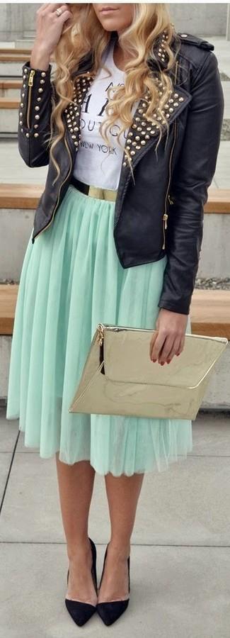 Cómo combinar: chaqueta motera de cuero con tachuelas negra, camiseta con cuello circular estampada en blanco y negro, falda midi plisada en verde menta, zapatos de tacón de ante negros