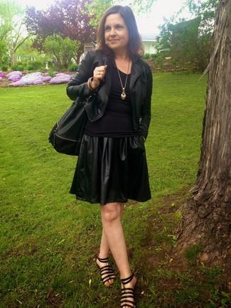 Cómo combinar: chaqueta motera de cuero negra, camiseta con cuello circular negra, falda skater de cuero negra, sandalias romanas de cuero negras