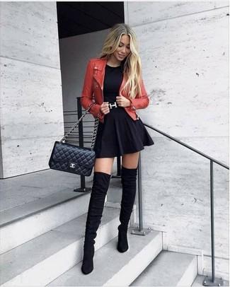 Cómo combinar: chaqueta motera de cuero roja, camiseta con cuello circular negra, falda skater negra, botas sobre la rodilla de ante negras