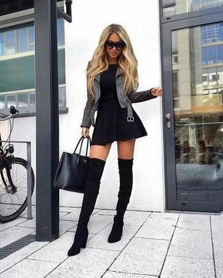 Cómo combinar: chaqueta motera de cuero gris, camiseta con cuello circular negra, falda skater negra, botas sobre la rodilla de ante negras