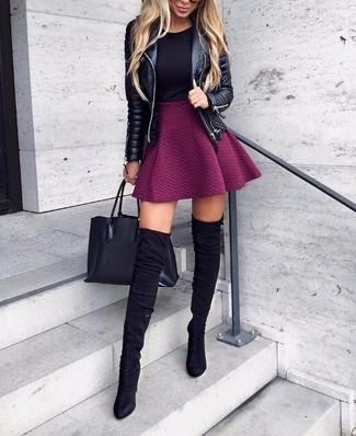 Cómo combinar: chaqueta motera de cuero acolchada negra, camiseta con cuello circular negra, falda skater morado, botas sobre la rodilla de ante negras