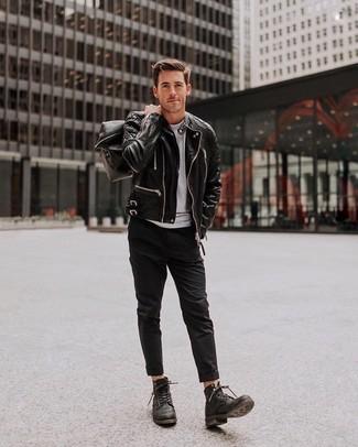 Cómo combinar: chaqueta motera de cuero negra, camiseta con cuello circular gris, pantalón chino negro, botas casual de cuero negras