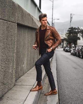 Cómo combinar: chaqueta motera de cuero marrón, camiseta con cuello circular burdeos, pantalón chino con print de flores azul marino, mocasín de cuero marrón