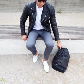 Cómo combinar: chaqueta motera de cuero negra, camiseta con cuello circular blanca, pantalón chino gris, tenis blancos