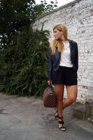 Cómo combinar: chaqueta motera de cuero negra, camiseta con cuello circular de encaje blanca, pantalones cortos negros, sandalias de tacón de cuero negras
