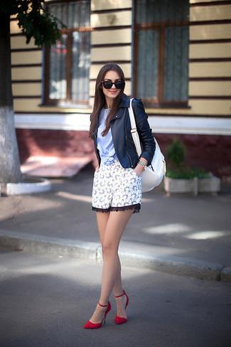Cómo combinar: chaqueta motera de cuero negra, camiseta con cuello circular celeste, pantalones cortos de encaje con print de flores blancos, zapatos de tacón de ante rojos