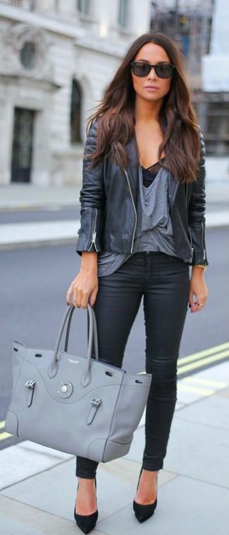Cómo combinar: chaqueta motera de cuero negra, camiseta con cuello circular gris, vaqueros de cuero negros, zapatos de tacón de ante negros