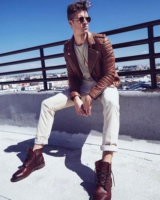 Cómo combinar: chaqueta motera de cuero marrón, camiseta con cuello circular en beige, vaqueros en beige, botas casual de cuero marrónes