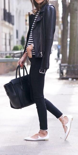 Cómo combinar: chaqueta motera de cuero negra, camiseta con cuello circular de rayas horizontales en blanco y negro, vaqueros pitillo negros, bailarinas de cuero blancas