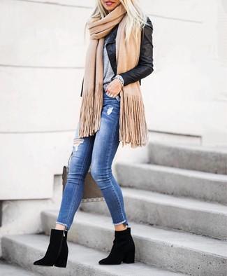 Look de moda: Chaqueta motera de cuero negra, Camiseta con cuello circular gris, Vaqueros pitillo desgastados azules, Botines de ante negros