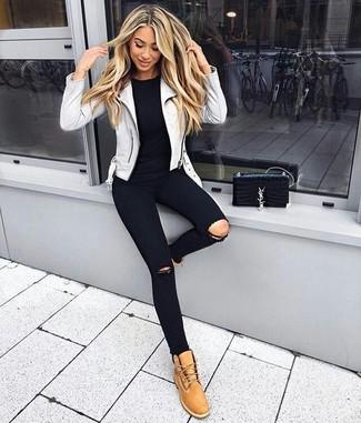 Cómo combinar: chaqueta motera de cuero gris, camiseta con cuello circular negra, vaqueros pitillo desgastados negros, botas planas con cordones de nubuck marrón claro