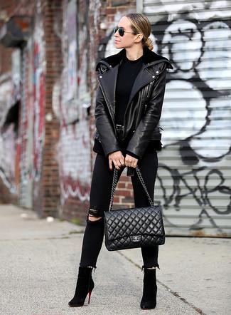 Cómo combinar: chaqueta motera de cuero negra, camiseta con cuello circular negra, vaqueros pitillo desgastados negros, botines de ante negros