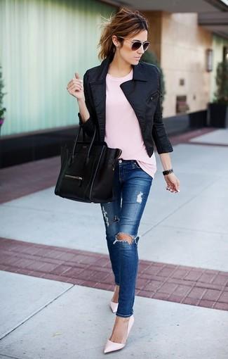 Cómo combinar: chaqueta motera negra, camiseta con cuello circular rosada, vaqueros pitillo desgastados azules, zapatos de tacón de cuero rosados