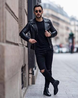 Cómo combinar: chaqueta motera de cuero negra, camiseta con cuello circular negra, vaqueros pitillo desgastados negros, botines chelsea de cuero negros