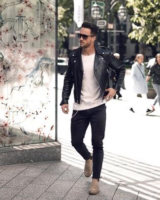 Cómo combinar: chaqueta motera de cuero negra, camiseta con cuello circular blanca, vaqueros pitillo negros, botines chelsea de ante grises