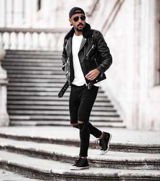 Cómo combinar: chaqueta motera de cuero negra, camiseta con cuello circular blanca, vaqueros pitillo desgastados negros, zapatillas altas de lona en negro y blanco