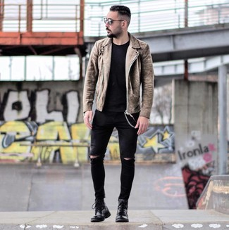 Cómo combinar: chaqueta motera de ante marrón, camiseta con cuello circular negra, vaqueros pitillo desgastados negros, botas casual de cuero negras