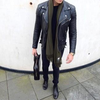 Cómo combinar: chaqueta motera de cuero negra, camiseta con cuello circular negra, vaqueros pitillo negros, botines chelsea de cuero negros
