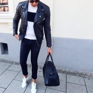 Cómo combinar: chaqueta motera de cuero negra, camiseta con cuello circular en blanco y negro, vaqueros pitillo negros, tenis de cuero en blanco y negro