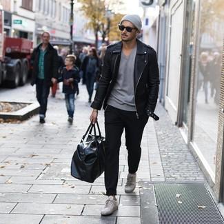Cómo combinar: chaqueta motera de cuero negra, camiseta con cuello en v gris, pantalón chino negro, tenis de cuero grises