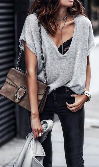 Cómo combinar: chaqueta motera de cuero gris, camiseta con cuello en v gris, top de bikini de encaje negro, vaqueros pitillo negros