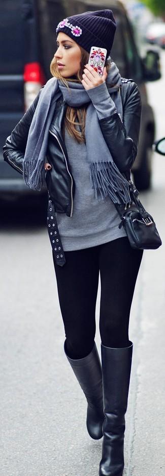 Mantén tu atuendo relajado con una camiseta de manga larga y unos leggings negros. Botas de caña alta de cuero negras añaden la elegancia necesaria ya que, de otra forma, es un look simple.