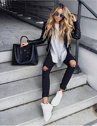 Cómo combinar: chaqueta motera de cuero acolchada negra, camiseta de manga larga gris, vaqueros pitillo desgastados negros, deportivas blancas