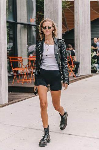 Cómo combinar: chaqueta motera de cuero negra, camiseta sin manga blanca, mallas ciclistas negras, botas planas con cordones de cuero negras
