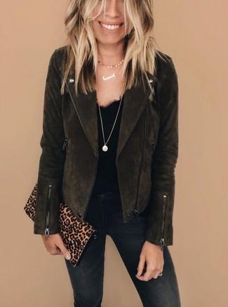 Cómo combinar: chaqueta motera de ante en marrón oscuro, camiseta sin manga de encaje negra, vaqueros pitillo negros, cartera sobre de ante de leopardo marrón claro