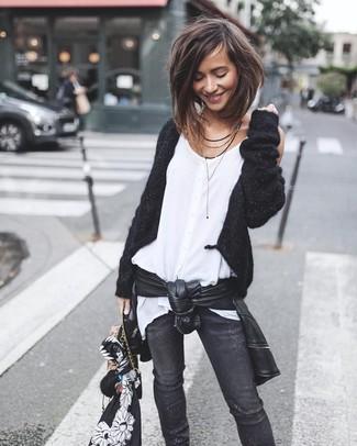 Cómo combinar: chaqueta motera de cuero negra, cárdigan abierto negro, blusa sin mangas de gasa blanca, vaqueros pitillo desgastados negros