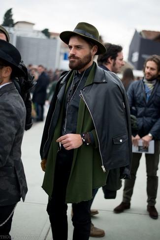 Cómo combinar: chaqueta motera de cuero negra, cárdigan con cuello chal verde oliva, camisa de manga larga de cuadro vichy negra, vaqueros pitillo negros
