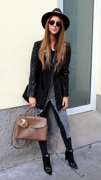 Cómo combinar: chaqueta motera de cuero negra, cárdigan gris, vaqueros pitillo negros, botines de cuero negros