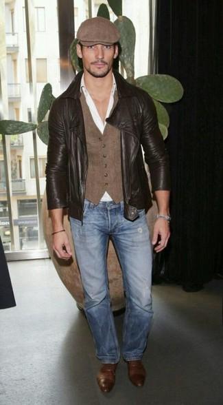 Cómo combinar: chaqueta motera de cuero en marrón oscuro, chaleco de vestir marrón, camisa de vestir blanca, vaqueros azules