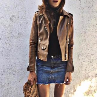 Cómo combinar: chaqueta motera de cuero marrón, jersey de cuello alto negro, minifalda vaquera azul