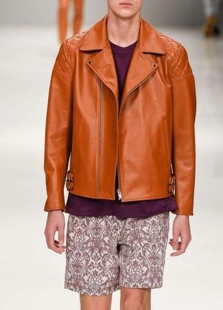 Cómo combinar: chaqueta motera de cuero naranja, jersey con cuello circular morado, pantalones cortos de paisley morado