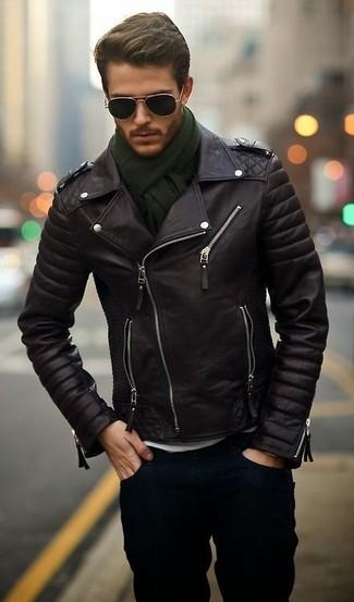 Para un atuendo que esté lleno de caracter y personalidad elige una chaqueta motera de cuero negra y unos vaqueros azul marino.