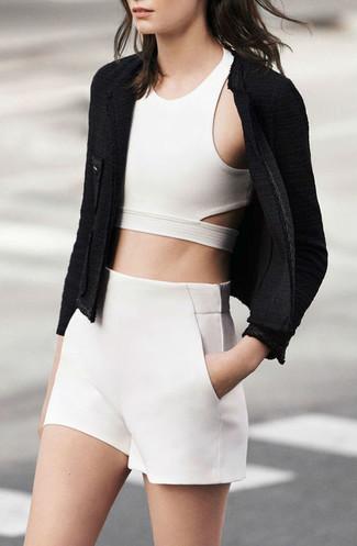 Empareja una chaqueta motera de lana rizada negra junto a unos pantalones cortos para cualquier sorpresa que haya en el día.