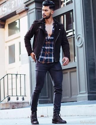 Cómo combinar: chaqueta motera de ante en marrón oscuro, camisa de manga larga de tartán en blanco y rojo y azul marino, vaqueros pitillo azul marino, botas casual de cuero negras