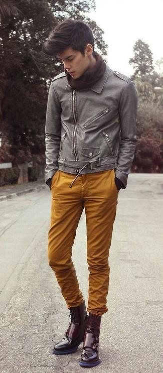 Cómo combinar: chaqueta motera de cuero gris, pantalón chino en tabaco, botas formales de cuero burdeos, bufanda en marrón oscuro
