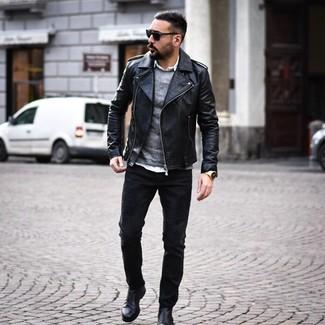 Cómo combinar: chaqueta motera de cuero negra, jersey con cuello circular gris, camisa de manga larga blanca, vaqueros negros