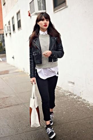 Cómo combinar: chaqueta motera de cuero negra, jersey con cuello circular gris, camisa de vestir blanca, vaqueros pitillo negros