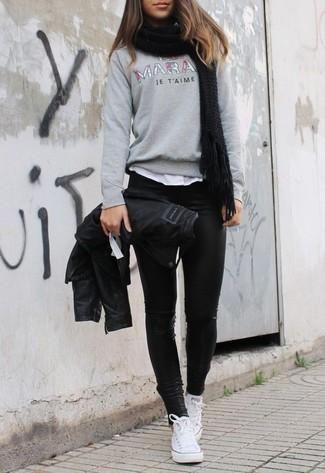 Cómo combinar: chaqueta motera de cuero negra, jersey con cuello circular estampado gris, camiseta con cuello circular blanca, leggings de cuero negros