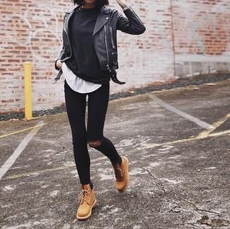 Cómo combinar: chaqueta motera de cuero negra, jersey con cuello circular negro, camiseta con cuello circular blanca, vaqueros pitillo desgastados negros