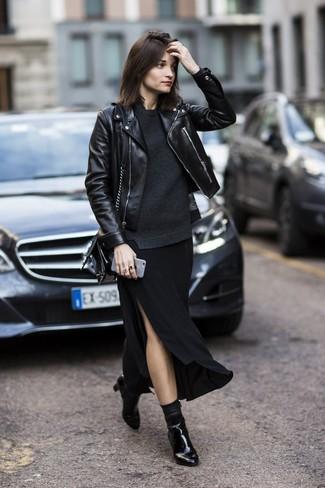 Cómo combinar: chaqueta motera de cuero negra, jersey con cuello circular en gris oscuro, falda larga con recorte negra, botines de cuero negros