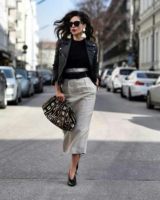 Cómo combinar: chaqueta motera de cuero negra, jersey con cuello circular negro, falda midi gris, zapatos de tacón de cuero negros