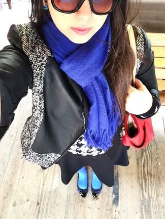 Look de moda: Chaqueta motera de cuero en negro y blanco, Jersey con cuello circular de pata de gallo en negro y blanco, Falda skater negra, Zapatos de tacón de cuero azules
