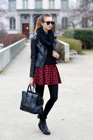Haz de una chaqueta motera de cuero negra y una falda skater de tartán roja tu atuendo transmitirán una vibra libre y relajada. Botines de cuero negros son una forma sencilla de mejorar tu look.