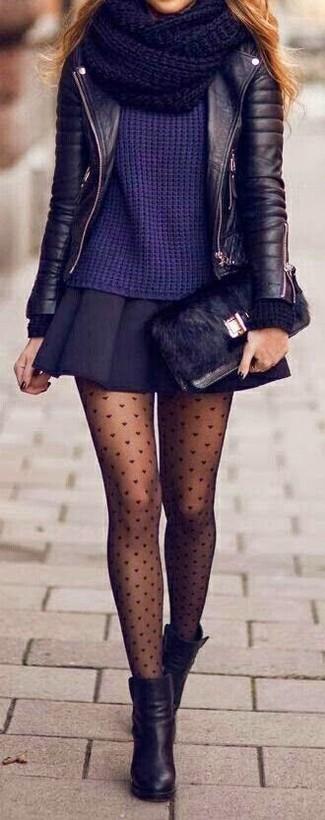 Intenta combinar una chaqueta motera de cuero negra con una minifalda plisada negra para lidiar sin esfuerzo con lo que sea que te traiga el día. Botines de cuero negros son una forma sencilla de mejorar tu look.