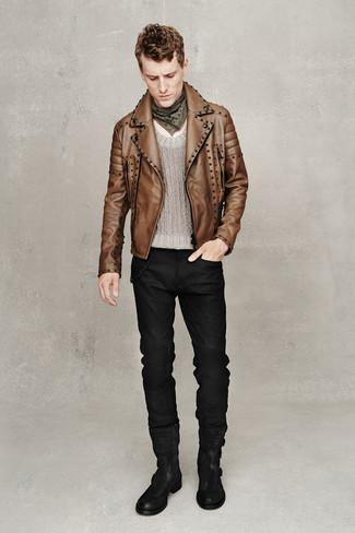 Cómo combinar: chaqueta motera de cuero marrón, jersey con cuello circular gris, vaqueros negros, botas casual de ante negras